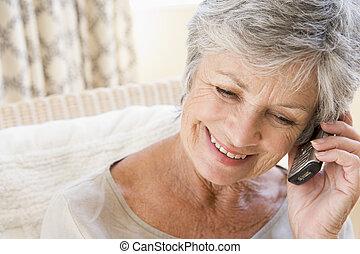 gebruik, vrouw, binnen, cellulaire telefoon