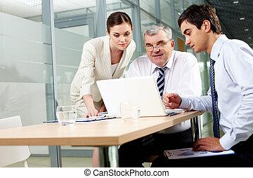 gebruikende laptop, baas