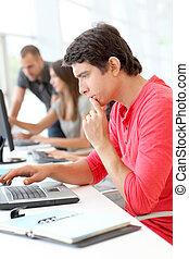 gebruikende laptop, de klasse van de computer, student