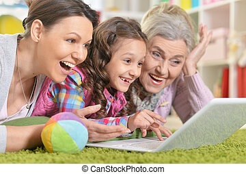 gebruikende laptop, gezin, vrolijke