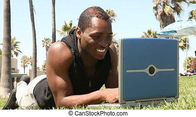 gebruikende laptop, jonge, student, buitenshuis