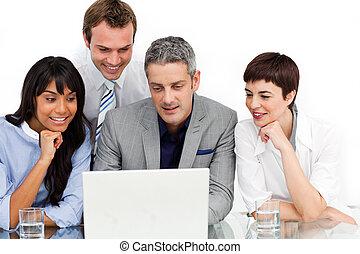 gebruikende laptop, multi-etnisch, handel team