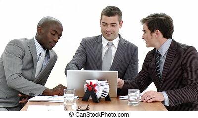 gebruikende laptop, vergadering, drie, zakenlieden