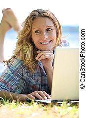 gebruikende laptop, vrouw, haar, buitenshuis