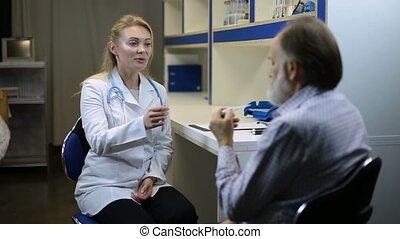 geconcentreerd, arts, het controleren van temperatuur, van, patiënt