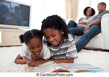 geconcentreerd, boek, lezende , kinderen
