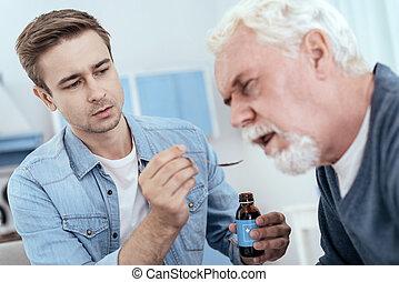 geconcentreerd, drugs, senior, het bezorgen, man
