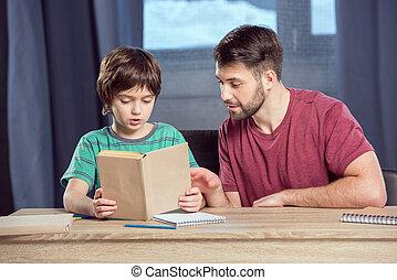 geconcentreerd, vader, zoon, portie, boek, lezende