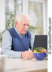 geconcentreerde, man, gebruikende laptop
