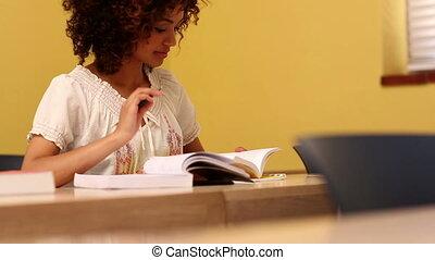 geconcentreerde, student, kijken naar, de, came