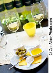 Gedeckter Esstisch mit Weingl?sern Covered dining table with...