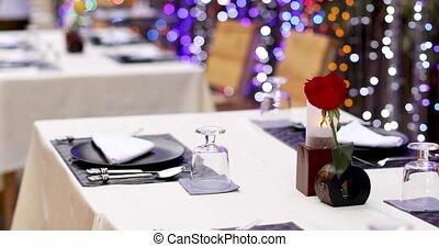 gediende, tafel, met, het rood nam toe, in, vaas