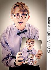 geeky, adolescent, électrique, garçon, photo, bloc-notes, tenue, self., adorable