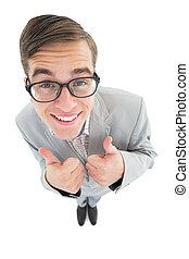 geeky, hipster, sonriente, en cámara del juez, con, pulgares arriba