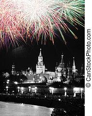 gefärbt, feuerwerk, in, himmelsgewölbe, aus, kreml, schwarz weiß