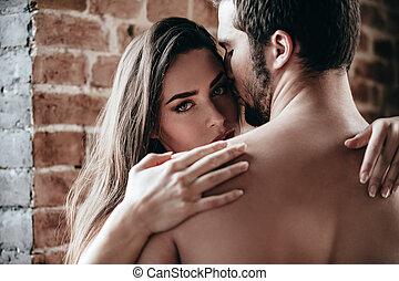 gefühl, gelassen, und, protected., nahaufnahme, von, schöne , junger, shirtless, paar- umarmen, während, woman, aussieht, schulter, von, sie, freund