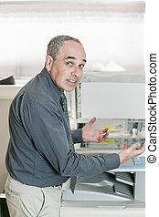 gefrustreerde, fotokopieerapparaat, man
