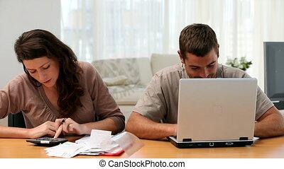 gefrustreerde, vrouw, doen, haar, rekeningen