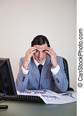 gefrustreerde, zakenman, doorwerken, statistiek