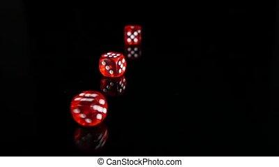 gegooi, rood, dobbelsteen, op, een, black , achtergrond., 3,...