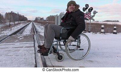 gehandicapte man, op, wheelchair, dichtbij, spoor overtocht