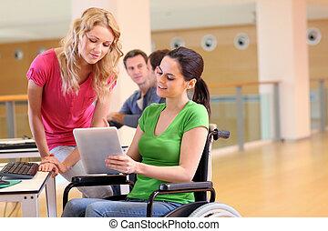 gehandicapte persoon, op het werk, met, elektronisch, tablet