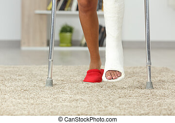 gehandicapte vrouw, benen, met, pleister, voet, wandelende, thuis