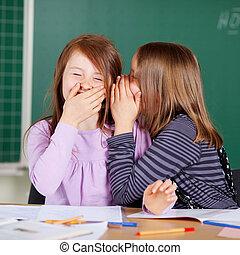 geheimen, weinig; niet zo(veel), delen, meiden, lachen