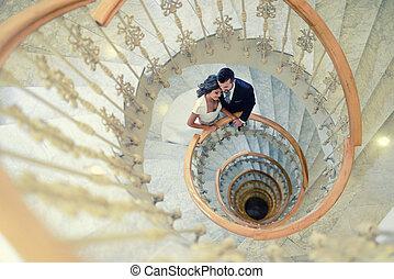 geheiratet, paar, in, a, geschwungene treppe