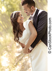 geheiratet, paar, in, pappel, hintergrund