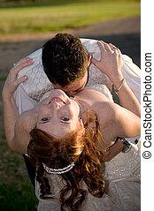 geheiratet, paar, mit, stallknecht, küssende , braut, in, der, spaltung, auf, a, sonniger tag