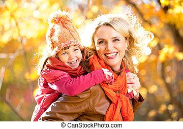 gehen, draußen, elternteil, familie, zusammen, gelber , lächeln, kind