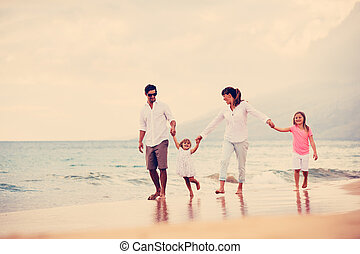 gehen, familie, junger, sonnenuntergang, haben spaß, sandstrand, glücklich