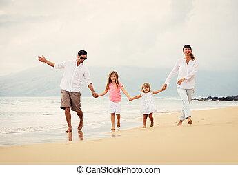 gehen, familie, sonnenuntergang, haben spaß, sandstrand, glücklich