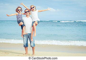 gehen, familie, time., sandstrand, tag, glücklich