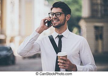 gehen, go., geschaeftswelt, becher, beweglich, junger, telefon, heiter, sprechende , während, bohnenkaffee, besitz, draußen, lächeln, brille, talk, mann