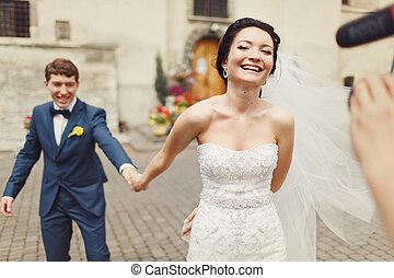 gehen, hält, kameramann, hand, braut, groom's, ihm