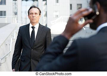 Gehen, hintergrund, Geschaeftswelt, sicher, Beweglich, experte, Ansicht,  Formalwear, sprechende, während, noch ein, afrikanisch, geschäftsmann, Mann, treppe, Rückseite, Telefon
