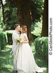 gehen, jungvermählten, blumengebinde, paar, park, ihr, wedding, stilvoll, tag, glücklich