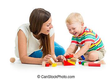 geitje, jongen, spelend, speelgoed, samen, moeder