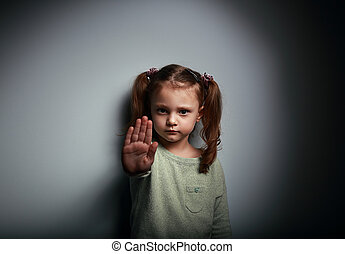 geitje, meisje, het tonen, hand seinend, om op te houden,...