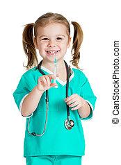 geitje, meisje, spelend, arts, met, spuit, vrijstaand, op wit, achtergrond