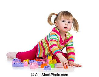 geitje, meisje, spelend, met, toys., vrijstaand, op wit, achtergrond