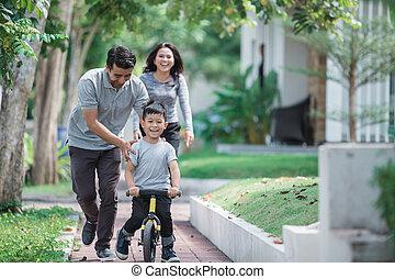 geitje, met, zijn, vader, leren, hoe, te rijden, een, fiets