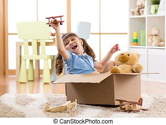 geitje, spelend, piloot, vliegen, een, karton, in, kinderen, kamer