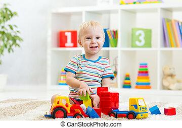 geitje, toddler, spelend, met, speelgoedauto