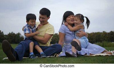geitjes, hun, ouders, aziaat, omhelzen, blij, vrolijke