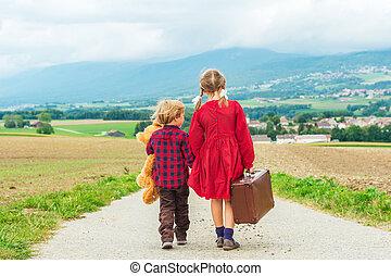 geitjes, schattig, weinig; niet zo(veel), oud, haar, straat, groot, teddy, twee, wandelende, dons, beer, vasthouden, koffer, kleine, meisje, bruine , broer