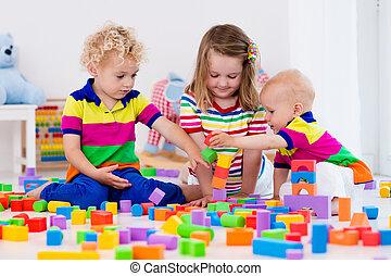 geitjes, spelend, met, kleurrijke, speelgoed belemmert