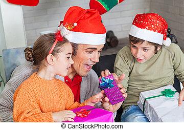 geitjes, vader, twee, kadootjes, open, kerstmis